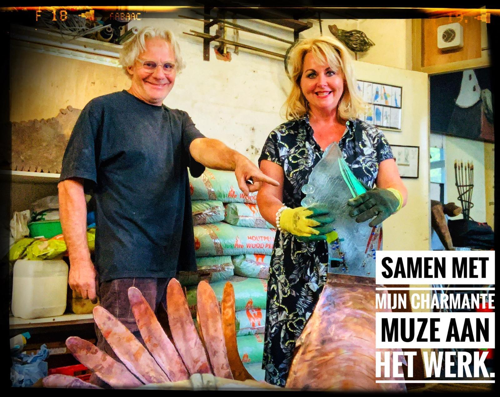 Foto Sjaak samen met mijn charmante muze aan het werk